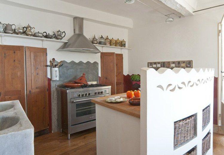 decoracao cozinha tradicional:Nesta casa de férias a decoração da cozinha se divide em três