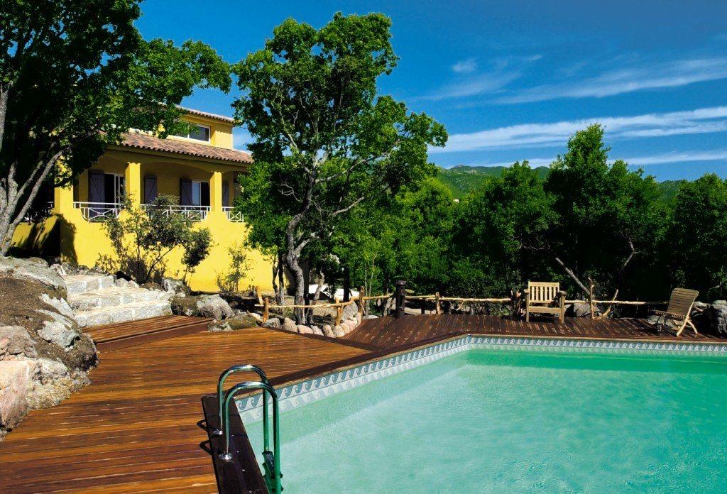 Casas com piscinas hexagonais de madeira decora o da casa for Casa grande con piscina y jardin